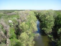 La rivière de ressort, regardent de haut en bas Photographie stock libre de droits