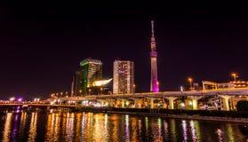 La rivière de Sumida avec Tokyo Skytree éclairent  Photos stock