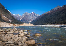 La rivière de Teesta traverse la vallée Sikkim de Yumthang Image stock