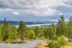 La rivière de Tornionjoki est la frontière entre la Finlande et la Suède n Photo libre de droits
