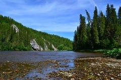 La rivière du nord des Monts Oural image libre de droits