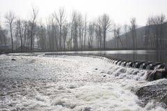 La rivière en hiver image stock