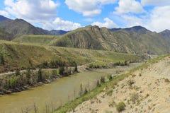 La rivière en montagnes Image libre de droits