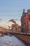 La rivière en ville, bord de mer, bateaux Photos libres de droits