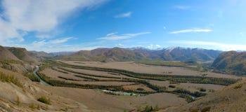 La rivière entrant dans la steppe Photo stock