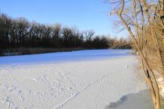 La rivière est un jour d'hiver ensoleillé Photographie stock