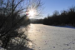 La rivière est un jour d'hiver ensoleillé Images libres de droits