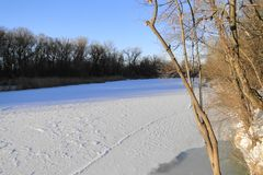 La rivière est un jour d'hiver ensoleillé Photo stock