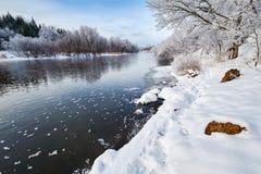La rivière et la neige d'hiver Photographie stock libre de droits