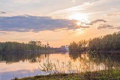 La rivière et le ciel au coucher du soleil Image stock