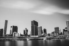 La rivière et les ponts s'approchent de la ville métropolitaine images stock