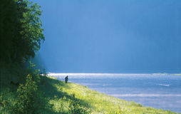 La rivière fonctionne dans la distance Photos libres de droits
