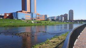 La rivière Klyazma dans la ville Shchyolkovo photographie stock libre de droits