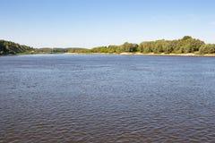 La rivière large et la côte pendant l'été images libres de droits