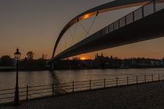 La rivière Maas avec la silhouette des églises de Maastricht photo stock