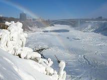 La rivière Niagara avec des automnes de pont et d'Américain en arc-en-ciel Photos libres de droits