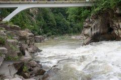 La rivière passe près des roches Images libres de droits
