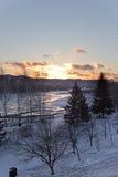 La rivière pendant l'hiver au coucher du soleil en Russie Photo stock