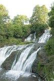 La rivière pure et froide de montagne fonctionne entre les pierres rocheuses et coule dans la cascade Images stock