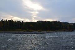 La rivière rapide de Biya, vents le long des belles montagnes d'Altai La photo a été prise un jour d'automne image libre de droits