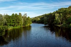 La rivière recule dans la distance sur le rivage photo libre de droits