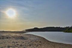 La rivière rencontre l'océan Images libres de droits