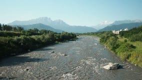 La rivi?re rugueuse Terek de montagne trouve son chemin par la vall?e pr?s de la ville de Vladikavkaz Ossetia-Alania du nord banque de vidéos