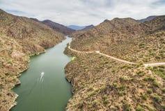 La rivière Salt à la commande scénique de traînée d'Apache, Arizona images stock