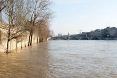 La rivière la Seine encadre en crue à Paris photographie stock