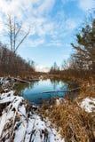 La rivière sous le ciel bleu Image libre de droits