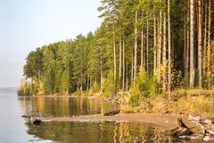 La rivière sous le soleil ural photo stock
