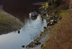 La rivière tranquille Coquet la scène, Warkworth, le Northumberland image stock