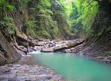 La rivière traversant les montagnes Photographie stock libre de droits