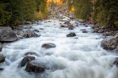 La rivière traversent le temps chaging de saison Image stock