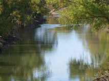 La rivière Trinity tranquille avec peu de changement de couleur Photo libre de droits