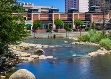 La rivière Truckee débordante par la promenade de rivière à Reno, Nevada Images stock