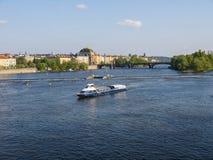 La rivi?re Vltava que courses par la ville de Prague image stock