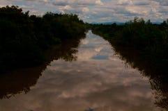 La rivière, wather, nature, ailes, l'eau apprête, rivière coule Images stock