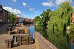 La rivière Wensum de rive à Norwich Norfolk, R-U avec les maisons colorées du côté gauche et le pont de Fye à l'arrière-plan photo libre de droits