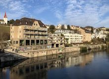 La rivi?re Limmat avec une promenade dans la ville de Zurich images libres de droits