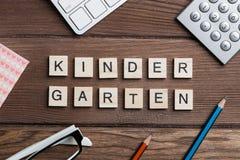 La roba dell'ufficio e la frase più gentile del giardino si sono raccolte con le lettere sulla tavola Immagine Stock