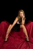 La robe de femme de Matrue se reposent sur le maigre noir rouge de genoux à part Images stock