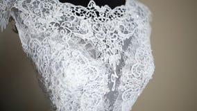 La robe de mariage parfaite dans la chambre de la jeune mariée banque de vidéos