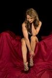 La robe mûre de femme s'asseyent sur le regard noir rouge Photos libres de droits