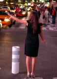 La robe noire grêle un taxi Images libres de droits