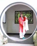 La robe traditionnelle de jeu de drame de la Chine d'Aisa d'actrice de Pékin Pékin d'opéra de costumes de jardin chinois oriental photos libres de droits
