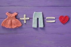 La robe tricotée de crochet plus des égaux de pantalons rectifient l'amour Photos stock
