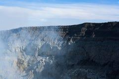 La roca alrededor ijen el cráter, Java Oriental, Indonesia con el cielo azul Fotos de archivo libres de regalías