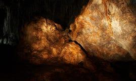 La roca ambarina en una cueva Imagen de archivo