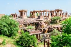 La roca antigua curvó los templos de dioses y de la diosa hindúes Fotografía de archivo